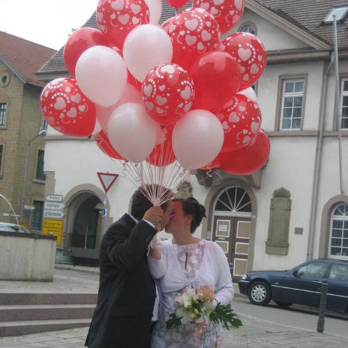 Beispiel: Brautpaar mit Luftballons, Foto: Ballonwerk.