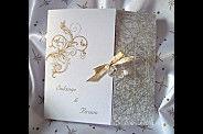FAIRE PART 3 volets papier nacré blanc , env assortie tissu métal argent, motif feuillage pailleté or ruban doré, et coeur cristal personnalisable dans d'autres coloris