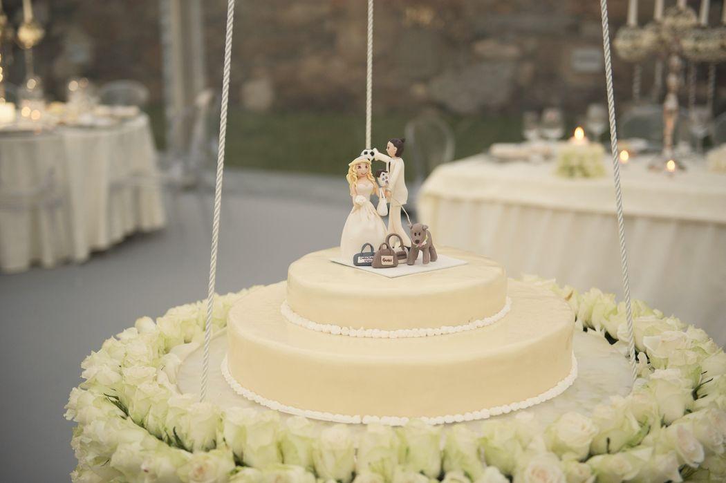 Casamento *M+R*  Bolo de casamento suspenso. Criado um momento de grande beleza no corte do bolo para os nossos noivos.