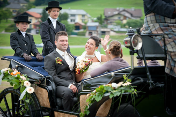 Beispiel: Fahrt in der Hochzeitskutsche, Foto: Hochzeitsfotografie Neuhofer.