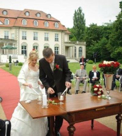 Beispiel: Anzünden der Hochzeitskerze, Foto: Freie Trauung Berlin.