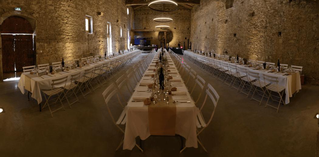 Diner en banquet dans la salle du pressoir