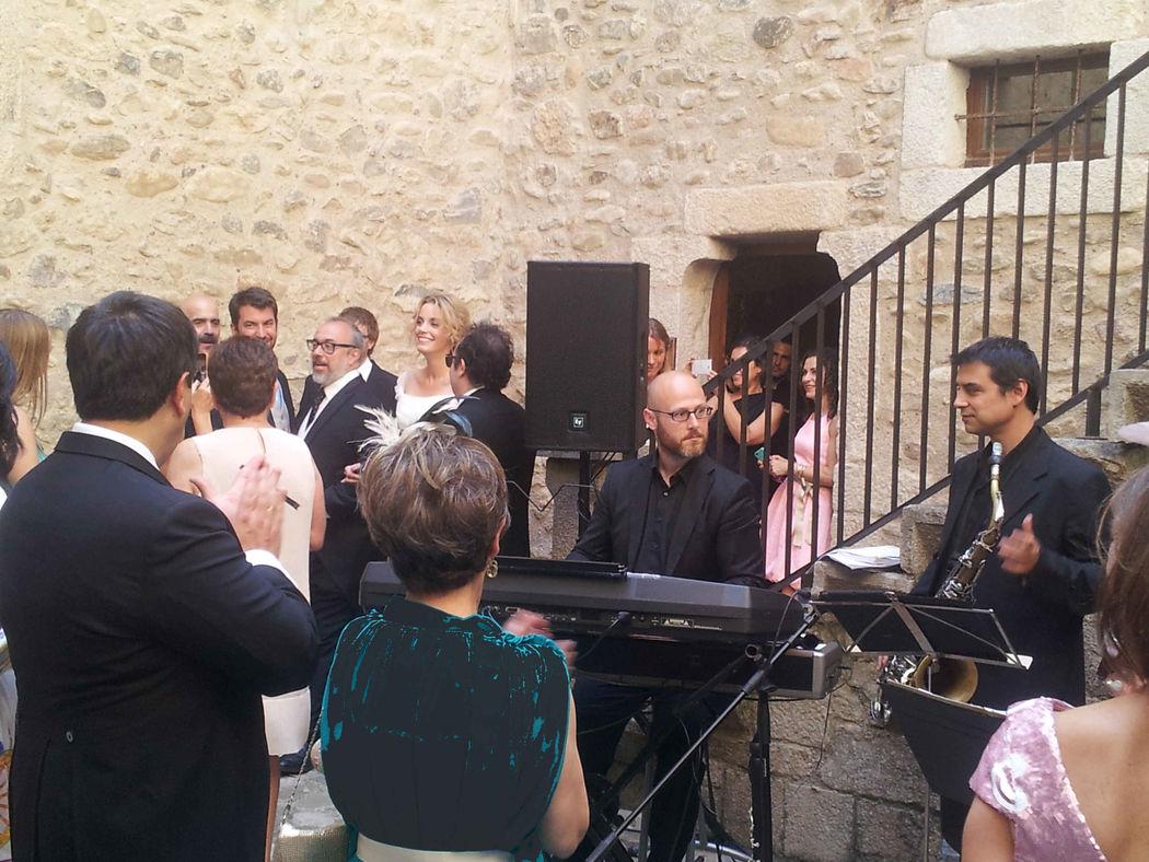 Ceremonia religiosa y aperitivo de boda del director de cine Álex de la Iglesia y la actriz Carolina Bang en el Castell de Sant Gregori (Girona)