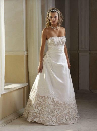 Beispiel: Brautkleid, Foto: Brautmoden Stella.