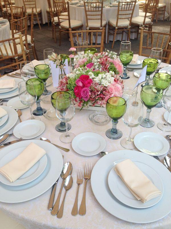 Montaje con sillas Tiffany Natural y copas de vidrio soplado Verdes