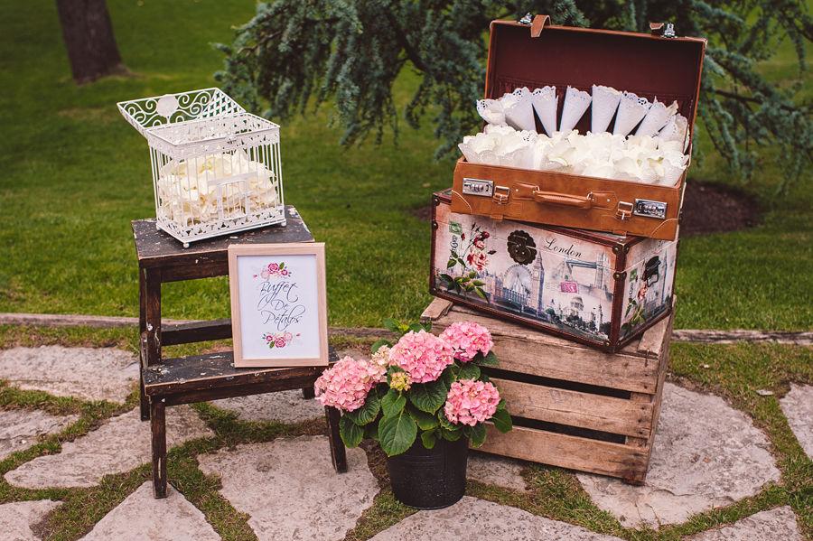 Z+A boda inspirada en la ruta 66 Rincones de la boda: Buffet de pétalos