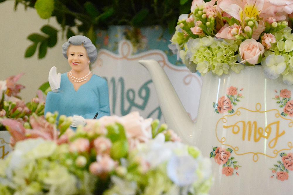 Para um noivo inglês, a presença da Rainha e louça exclusiva com logo do casal