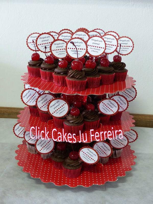 Mini cupcakes de chocolate com cereja para agradecer a presença neste lindo noivado!