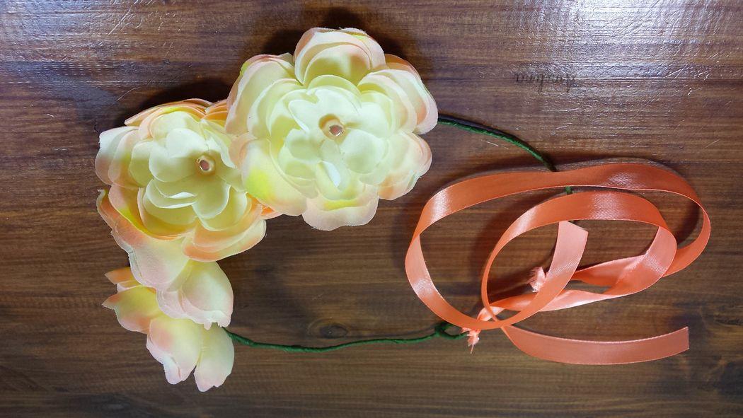 Amelina - couronne romantica Magnifique couronne composé de fleurs de soie entièrement réalisées à la main et rehaussées de perles. Se noue par un ruban de satin assorti. Pièce unique