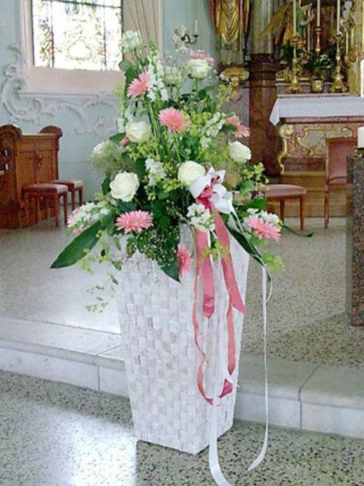 Beispiel: Florale Dekoration der Kirche, Foto: Blumenhaus Frei.