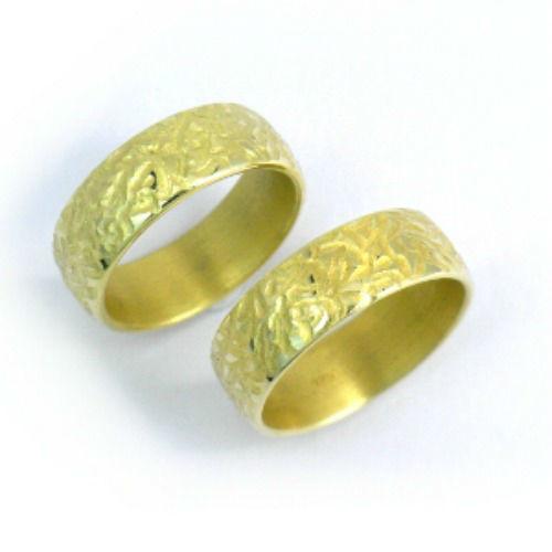 Beispiel: Goldring mit unebener Oberfläche, Foto: Schmuck Hautnah.