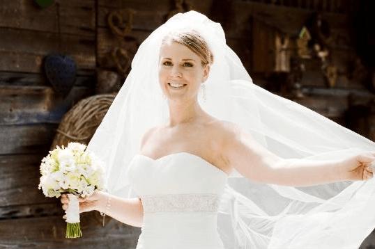 Beispiel: Glückliche Braut, Foto: Mio Make-up Artist.