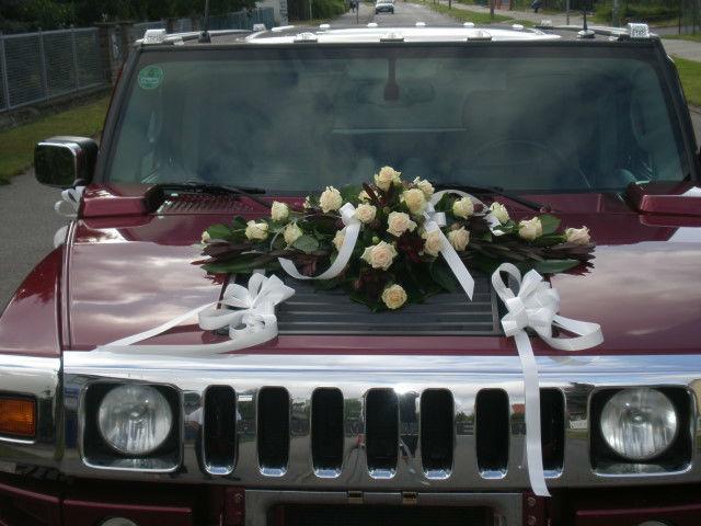 Beispiel: Blumengesteck für das Hochzeitsfahrzeug, Foto: Blumenstudio Marzahn.