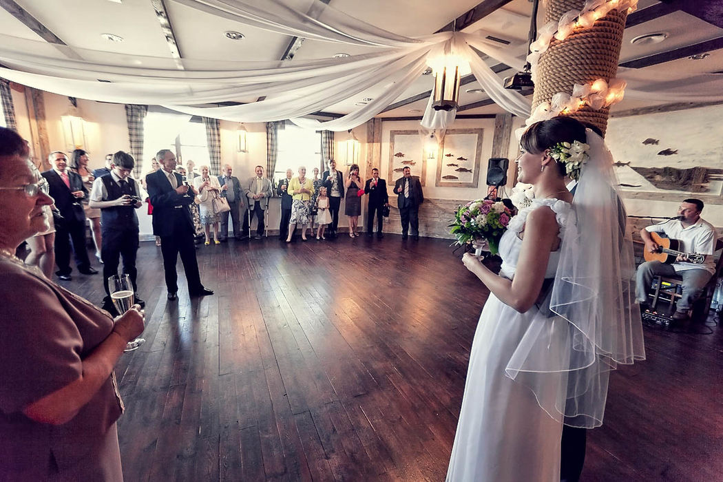 Zdjęcie ślubne Panny Młodej na sali weselnej, tuż po rozpoczęcie wesela.