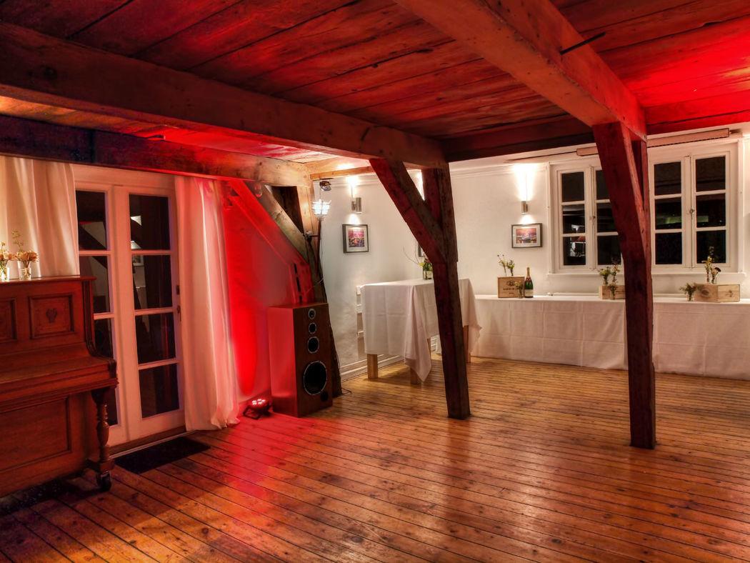 Beispiel: Salon - Tanzfläche und Büffet, Foto: Eventlocation Waterfront.