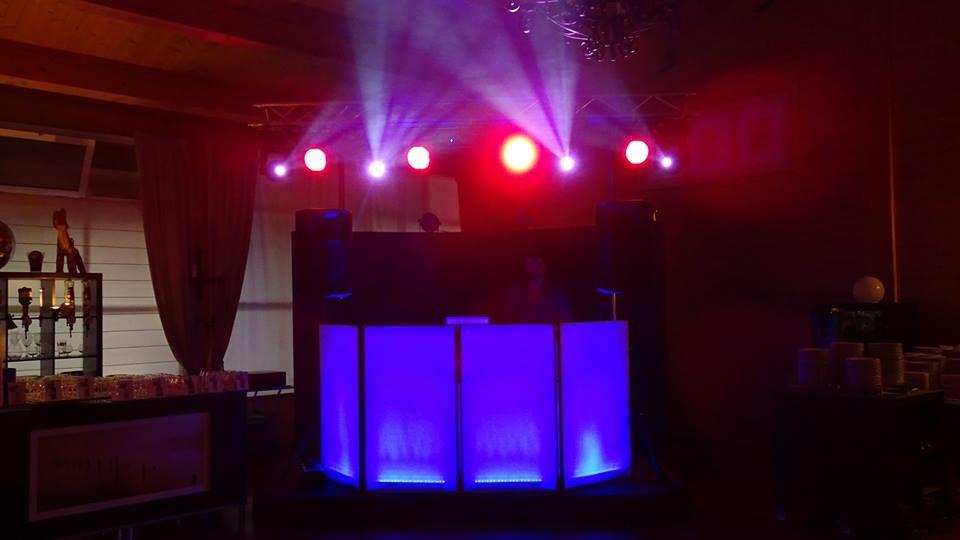 Cabine de Dj Iluminada com Sistema de Som e Luz