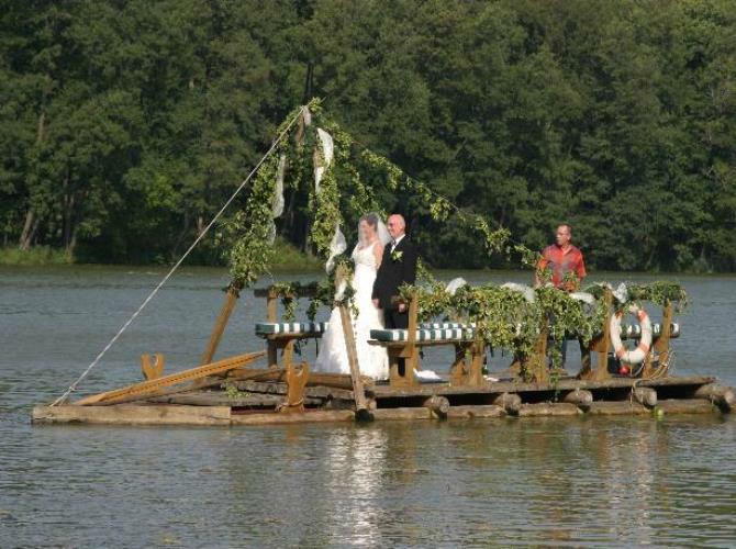 Beispiel: Blumenschmuck für Ihr Hochzeitsgefährt, Foto: Antjes Floristik Atelier.