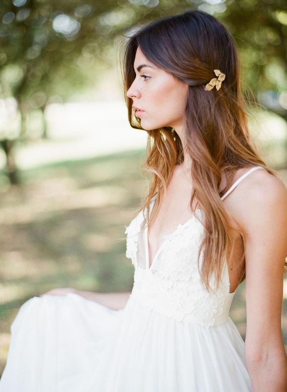 Peigne de mariée sobre et moderne avec feuillage en laiton.