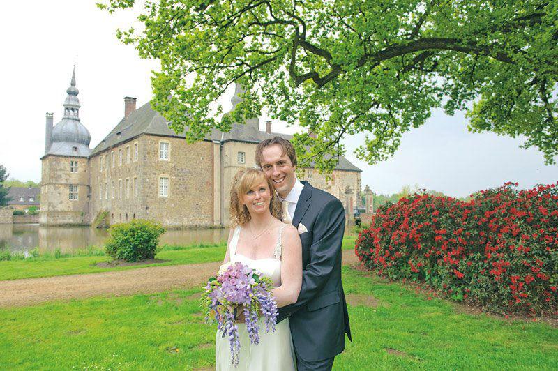 Beispiel: Brautpaar im Schlossgarten, Foto: Wasserschloss Lembeck.