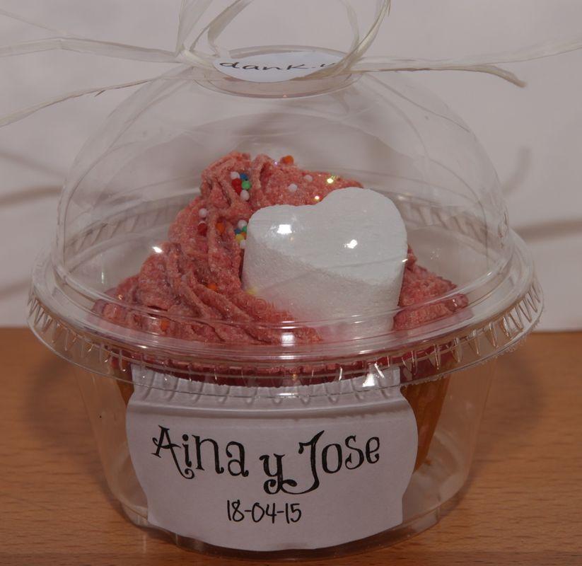 Cupcake de jabón en cápsula de plástico y personalizada con etiquetas