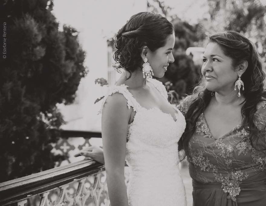 madre e hija luciendo aretes en filigrana de plata con piedras naturales la mama, y cristales la hija