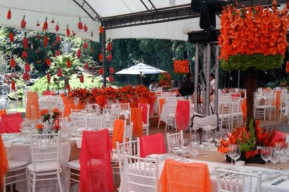 Montaje de boda al aire libre con colores de la temporada - Foto Paladares