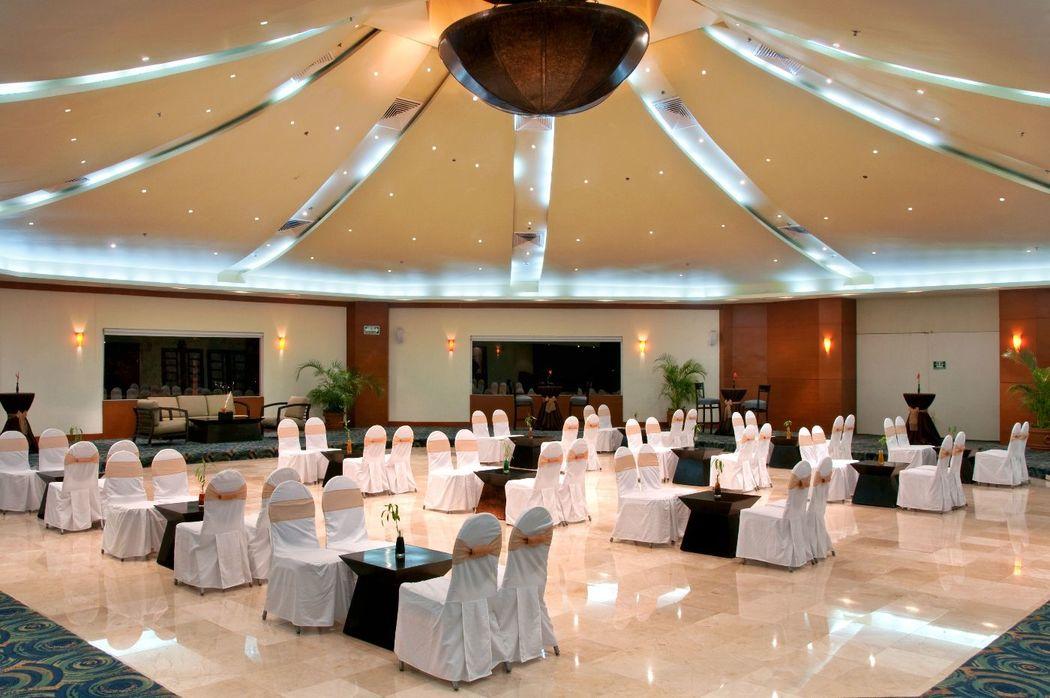 La original forma hexagonal del Salón Diamante en conjunto con sus ventanales proporcionan el escenario perfecto para su boda.