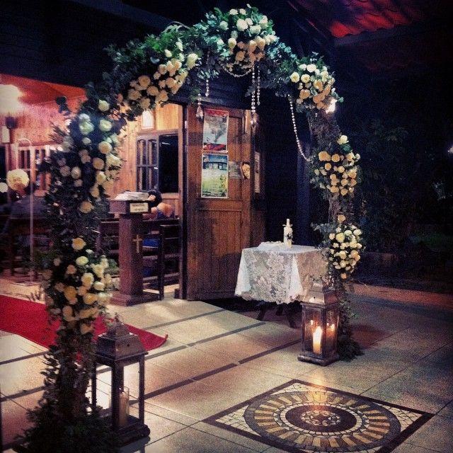 Para adornar tu boda religiosa un Arco de flores en la entrada luce precioso y será el escenario perfecto para tus fotos.