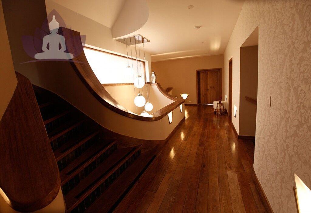 Los interiores de la casa fueron renovados con un gusto exquisito, inspirados en Art-Deco, atribuyéndole una atmósfera de clase, placidez y relajación ideales para nuestros huespedes.