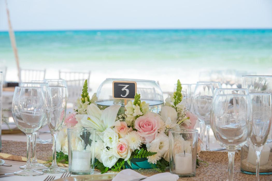 Centros de mesa, bodas en la playa #mobiliarioparaeventos, #bodasenlaplaya #beachweddings #centrosdemesa #centerpieces #bodasencancun #partyboutiquecancun #udwfinefurniturerental #prettyflowerscancun