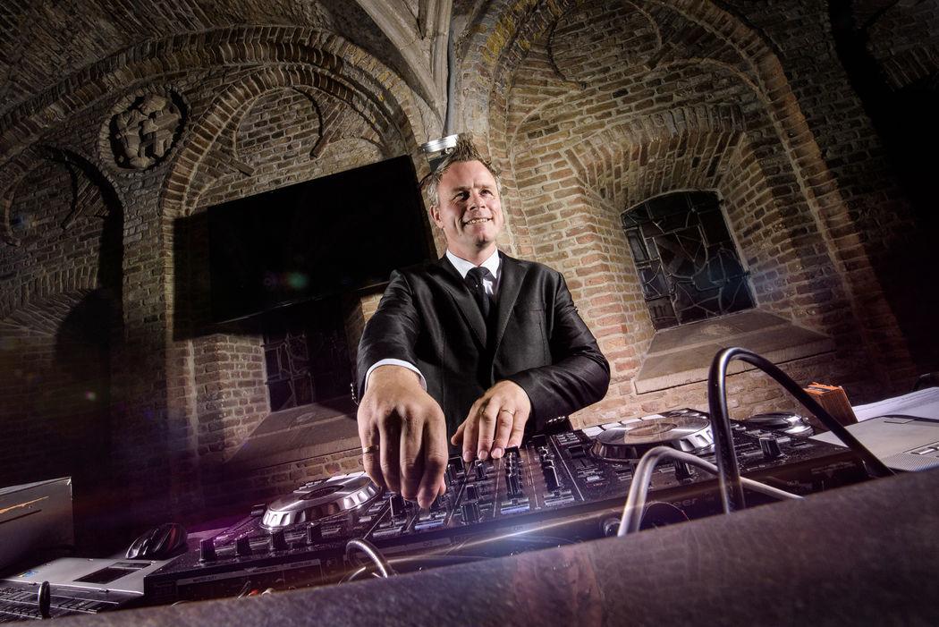 Ambitious DJ Johan in de Burgerzaal van het Stadhuis van Gouda