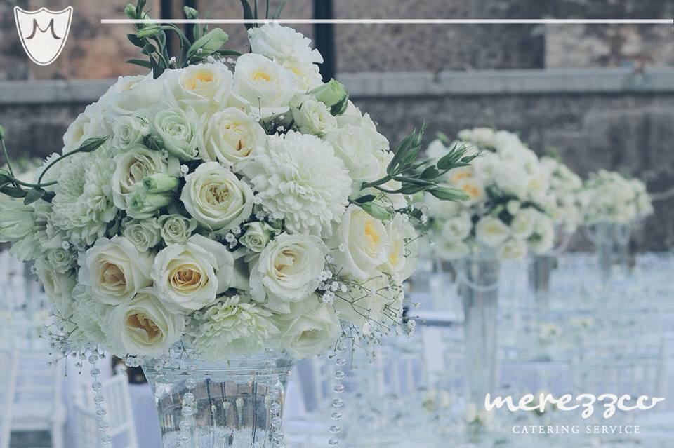 Centro de mesa clásico en blanco y cristal.