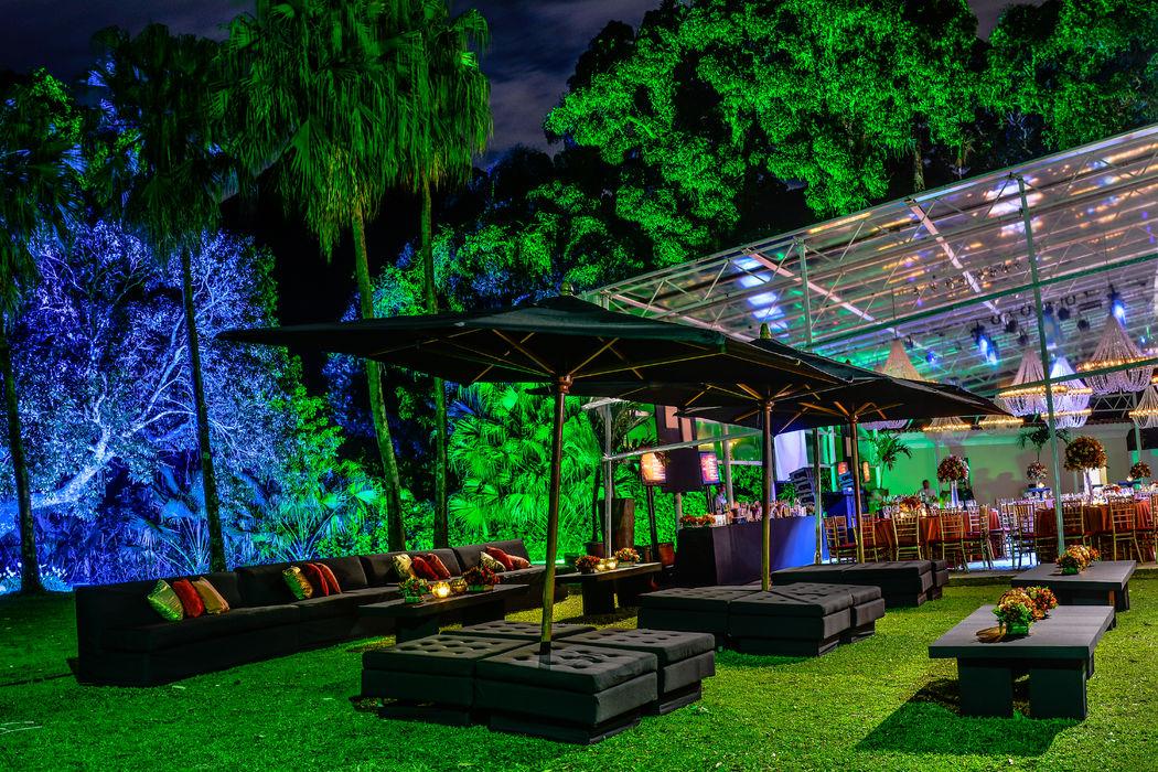 Iluminação destacando paisagismo e lounge