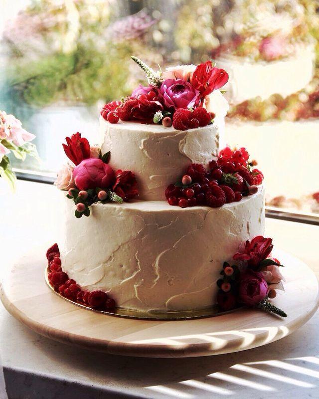 Всем тортикам тортик! Украшен стильными композициями из живых цветов и лесных ягод.