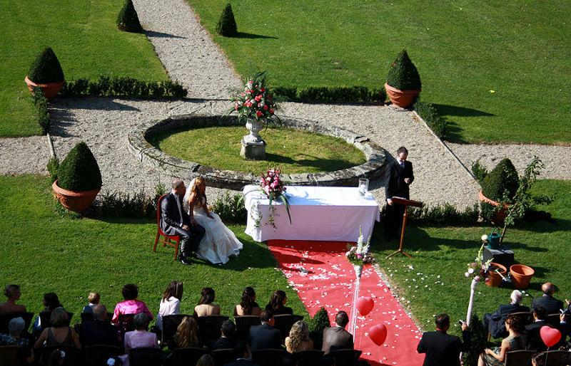 Beispiel: Trauung im Garten, Foto: Schloss Assumstadt.