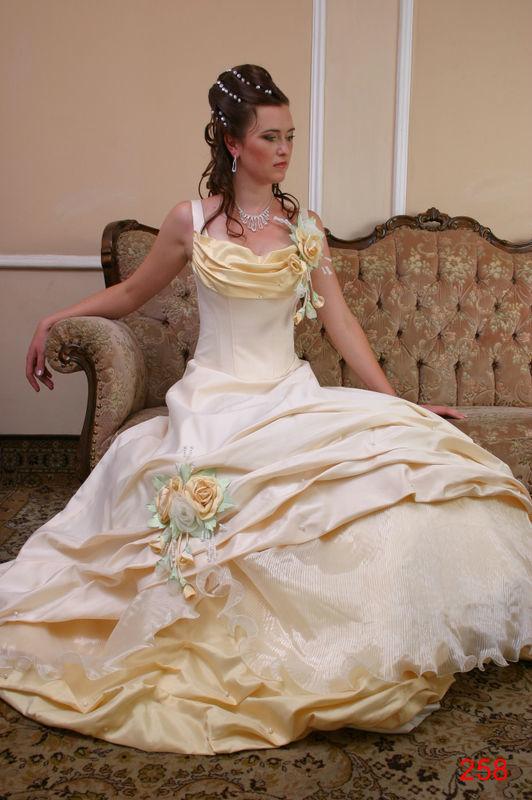 Beispiel: Brautkleid, Foto: Brautsalon Viktoria.