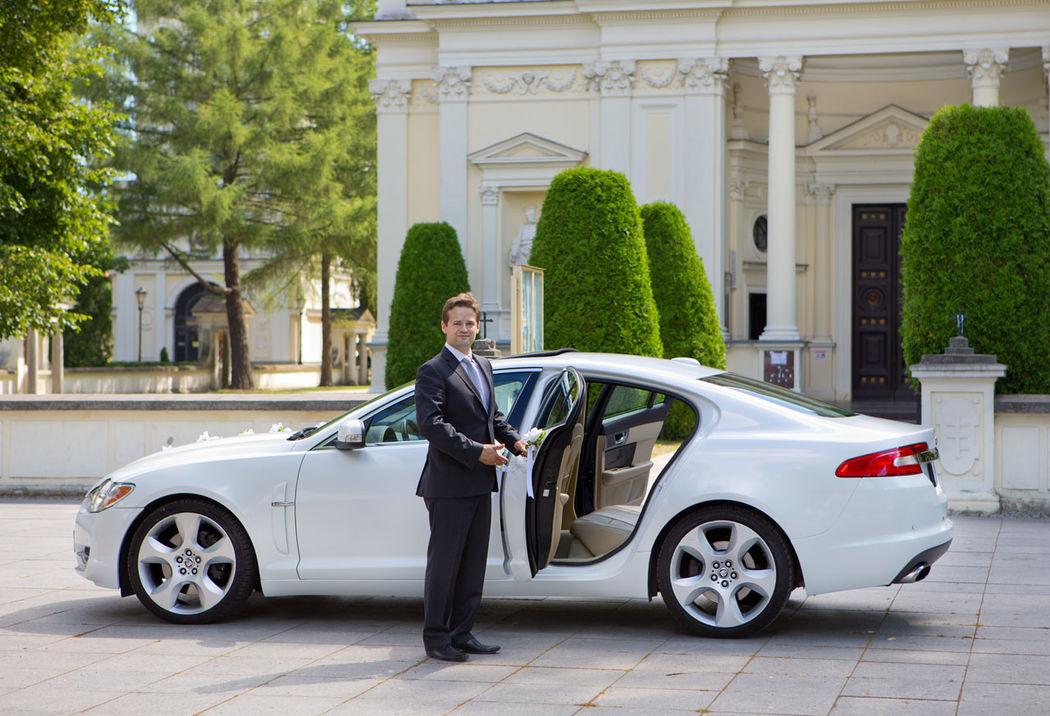 Jaguar XF z klimatyzacją i kremowym wnętrzem.