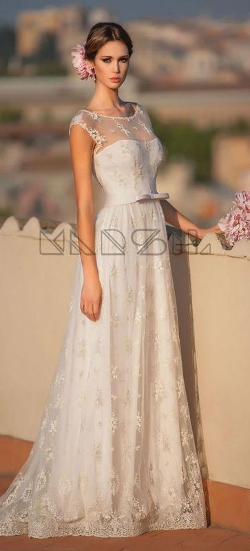 La preziosa Peonia,abito in seta,romantico e originale con fine trasparenza che sottolinea i caratteri delicati dell'abito.