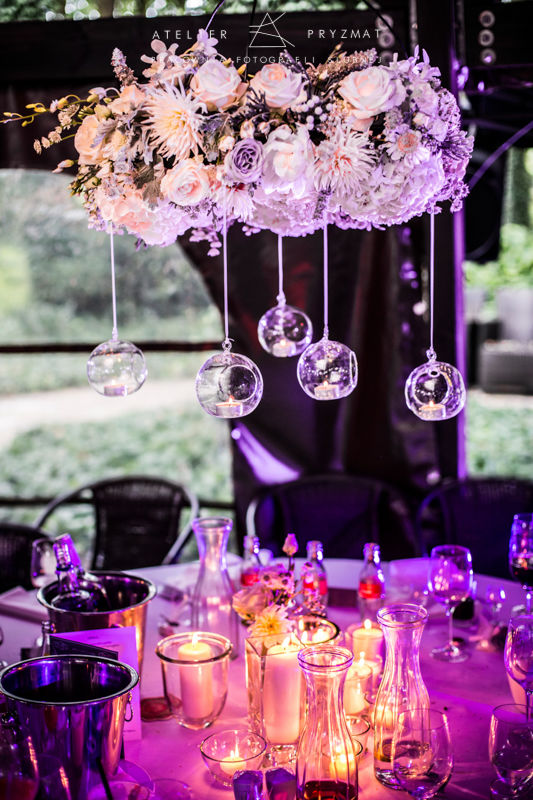 Żyrandol kwiatowy. Retroflexus/Ceremony Concept Fot. Atelier Pryzmat