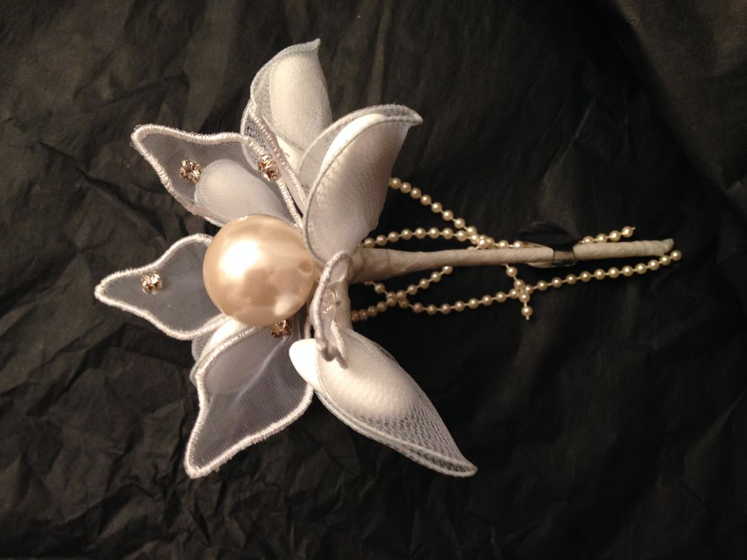 Mega pearl sur une fleur organdi entourée de 5 pétales pour insérer de dragées