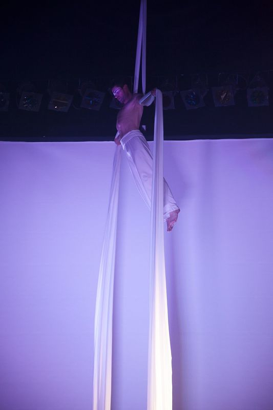 Mr.Milk - Espetáculos e Eventos  Performance de aéreos