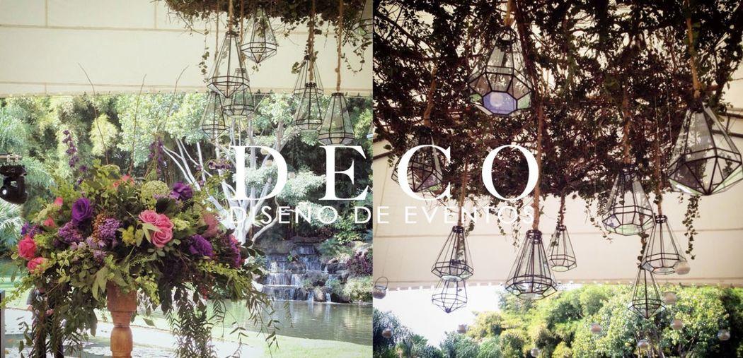 Instalación de estructura con lamparas colgantes (der.) y arreglo alto (izq) en Jardin Huayacan, por DECO diseño de eventos.