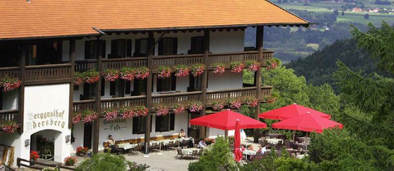 Beispiel: Eingang und Sonnenterrasse, Foto: Flair Hotel Berggasthof Adersberg.