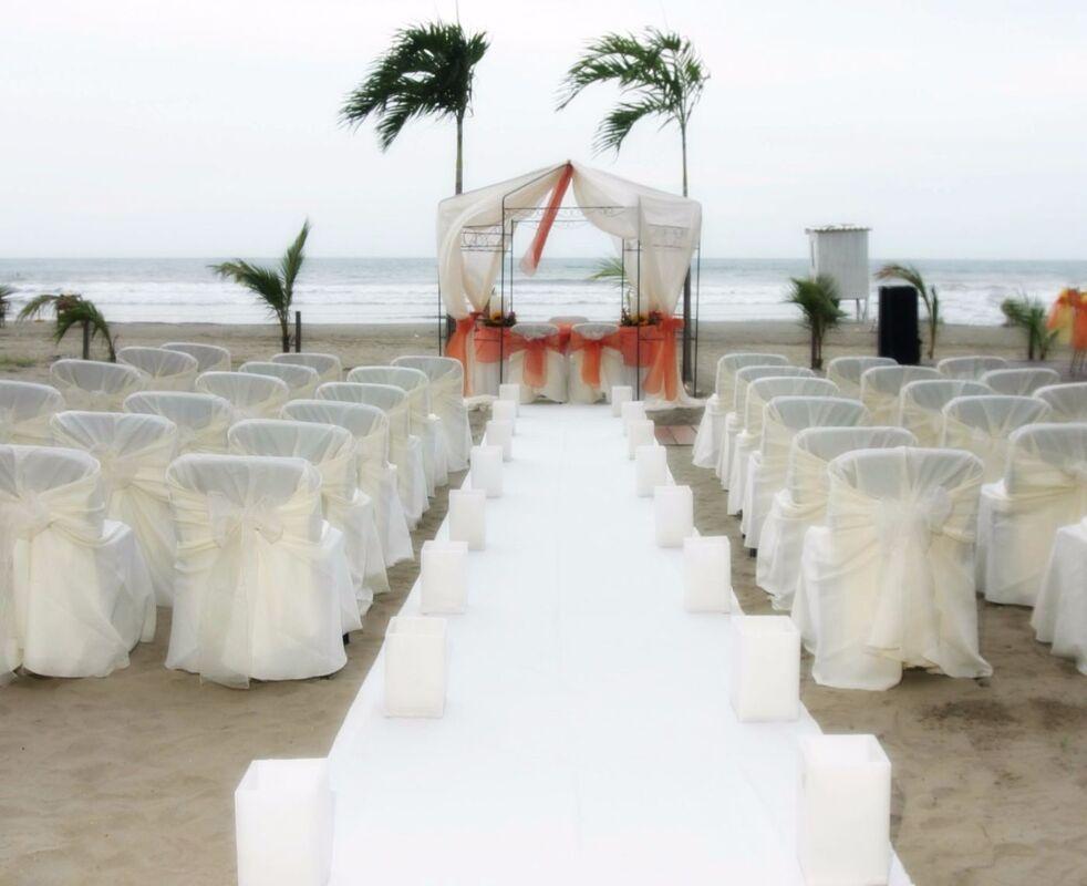 Ceremonia en la playa frente al hotel