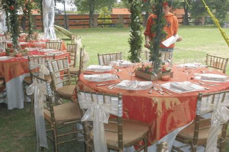 Montaje de mesas y banquete para una boda al aire libre - Foto Gastro Uno Banquetes