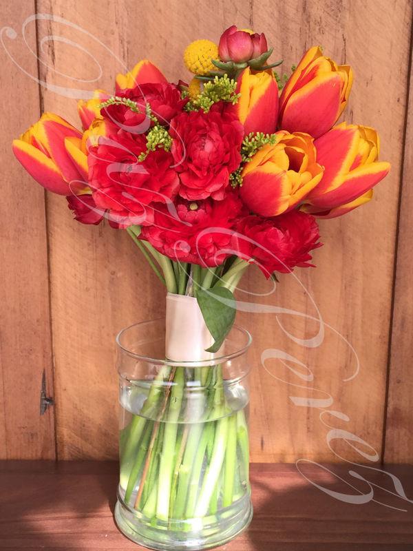 Ramo de Novia Colores del Fuego, con ranúnculos, tulipanes bicolor, craspedias y gerbera