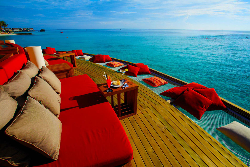 Entspannen Sie mit einem Cocktail in der Hand und genießen Sie den Blick auf den Indischen Ozean - Centara Ras Fushi Resort & Spa Maldives, Foto: Centara Hotels and Resorts.
