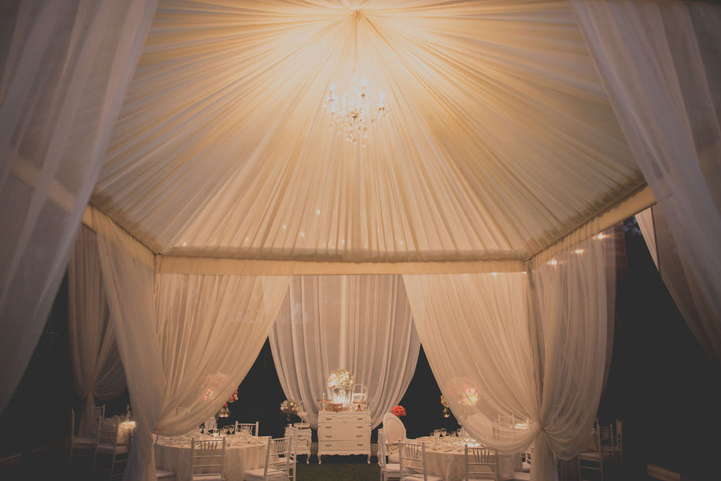 Toldo decorado de noche estilo elegante