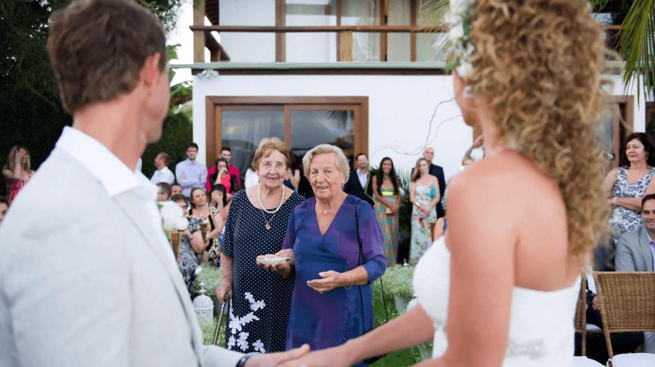Marina e Paul! Momento emocionante das avós trazendo as alianças! <3