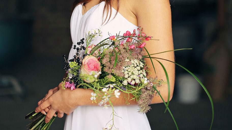 Beispiel: Braut mit Brautstrauß in lebendigen Farben, Foto: Blumen Isabella.